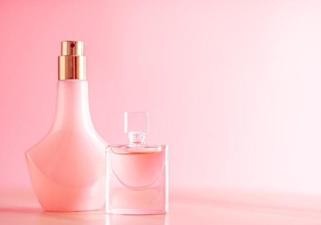 Parfum de soins de la peau et maquillage sur fond rose produits de beauté et cosmétiques de luxe