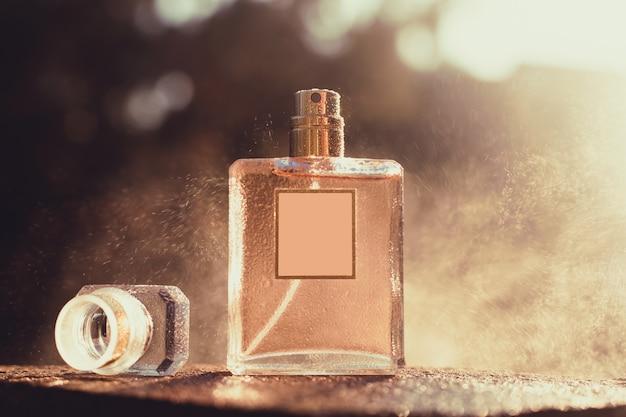 Parfum Avec Spray Au Soleil Photo Premium
