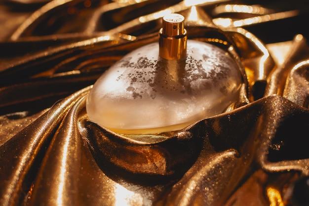Parfum sur une surface dorée