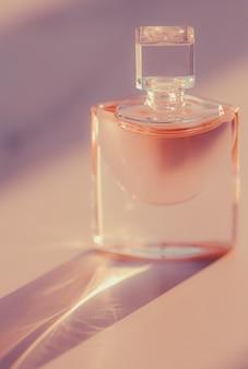 Parfumerie de bouteille de parfum rose comme produit de beauté et cosmétique de luxe