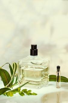 Parfumerie dans un vaporisateur sur vert