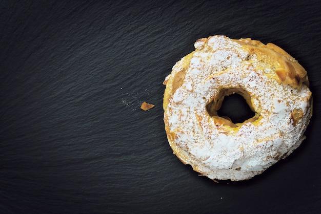 Paris brest célèbre dessert français sucré pâtisserie ronde