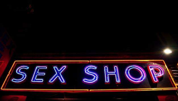 Paris - détail de l'enseigne sexy, pas de logo sous copyright