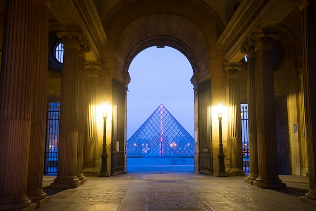 Paris, france 15 janvier 2015: extérieur du musée du louvre, l'un des plus célèbres musées de paris.