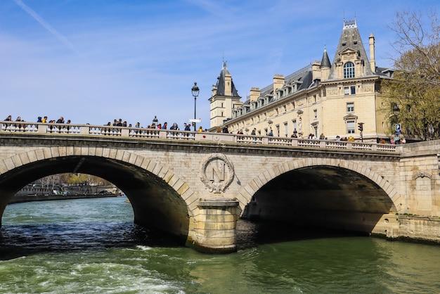 Paris france avril pont pont saintmichel à travers la seine et de beaux bâtiments historiques de