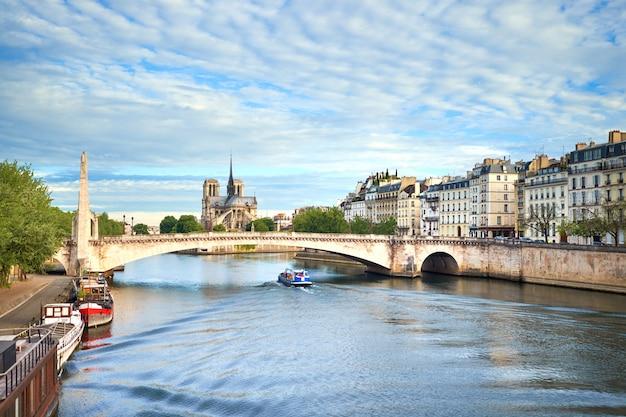 Paris, vue sur la seine avec la cathédrale notre-dame au printemps