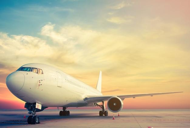 Parking d'avion avec coucher de soleil
