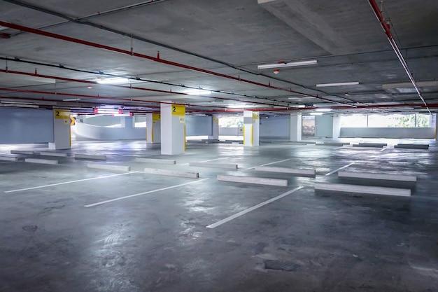 Parking de l'espace vide dans le bâtiment dans l'après-midi
