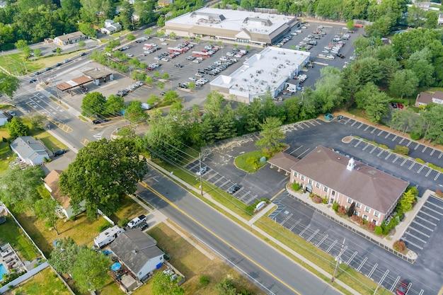 Le parking est presque entièrement rempli de voitures colorées près du centre commercial