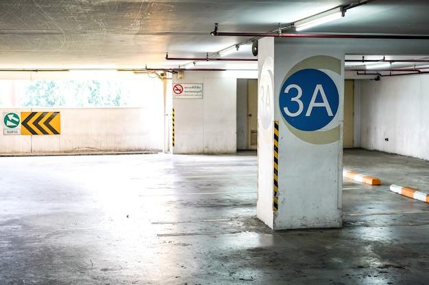 Parking à l'intérieur de l'immeuble. le texte sur le côté gauche signifie «stationnement». le texte sur le côté droit signifie