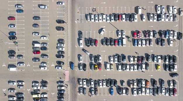 Parking avec de nombreuses voitures vue aérienne du drone supérieur d'en haut, transport urbain et concept urbain
