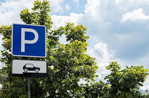 Parking panneau routier à l'extérieur, stockage de voiture