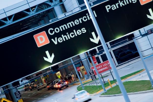 Parking pour véhicules au terminal de l'aéroport