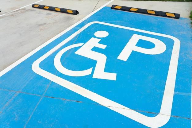 Parking public pour personnes handicapées pour le stationnement de la voiture de la personne handicapée