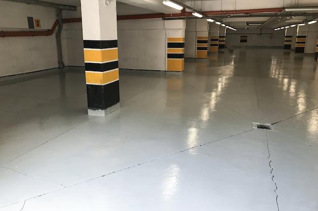 Parking souterrain, garage sous un immeuble résidentiel
