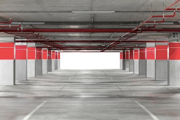 Parking souterrain intérieur avec panneau d'affichage vide.