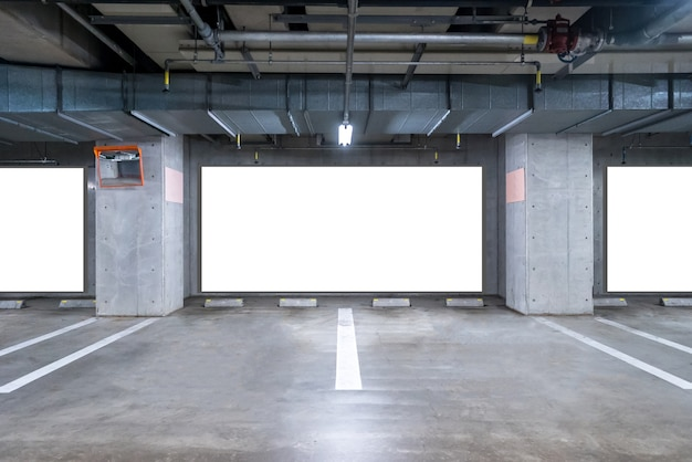 Parking souterrain avec panneau vierge