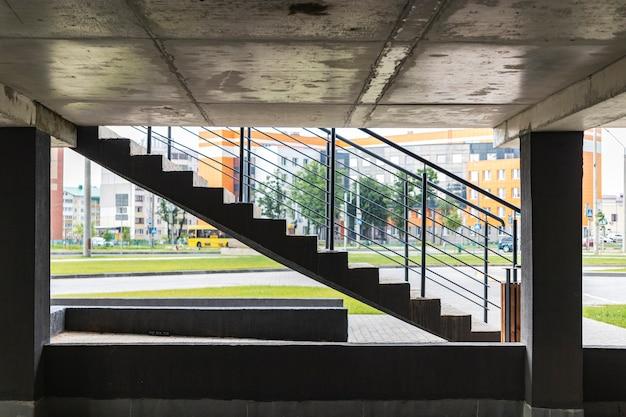 Parking souterrain situé sous l'immeuble résidentiel. lieu de stockage pour le transport personnel des résidents de la ville.