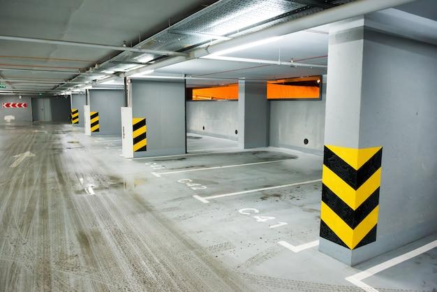 Parking souterrain vide avec beaucoup de voitures