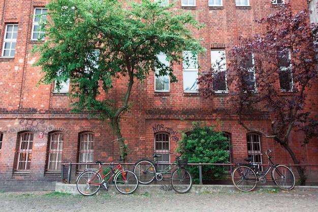 Parking vélo près de l'ancien bâtiment en briques rouges