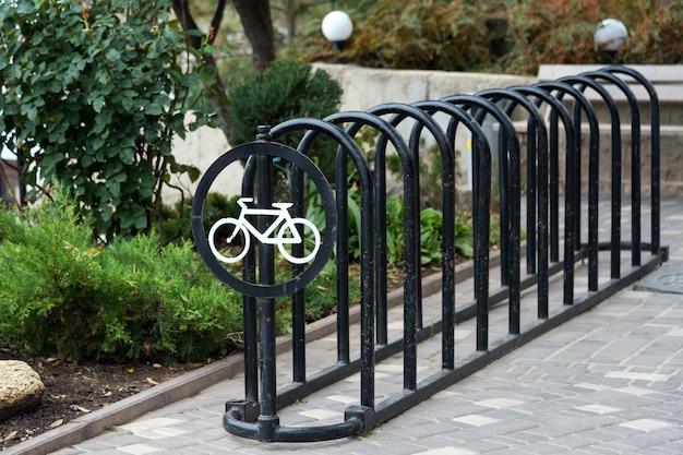 Parking vélo vide dans le parc de la ville. place de parking pour plusieurs vélos. place de parking à la maison ou magasin de vélos ou scooters, transports urbains respectueux de l'environnement dans la ville.
