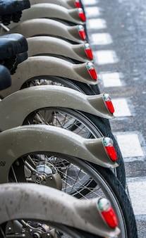 Parking à vélos dans les rues de paris.