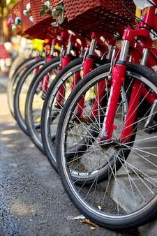 Parking à vélos dans la ville. location de vélos. transport écologique urbain populaire. istanbul, turquie - 28
