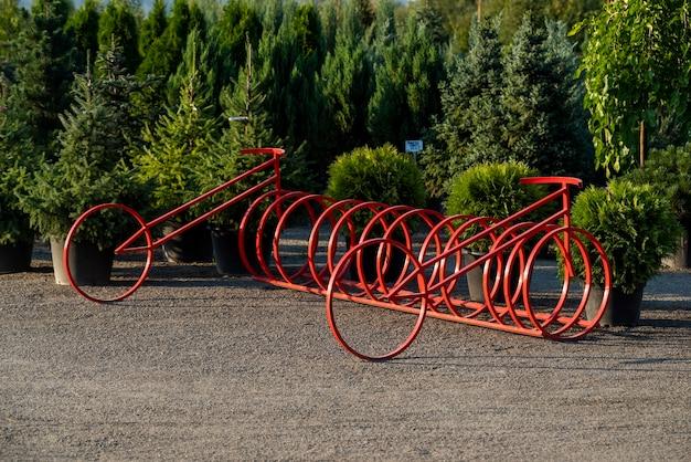 Parking à vélos élégant et moderne rouge, sécurité des vélos de ville et infrastructure de stockage