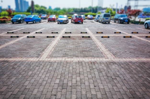 Parking vide, ligne de stationnement extérieure dans un parc public