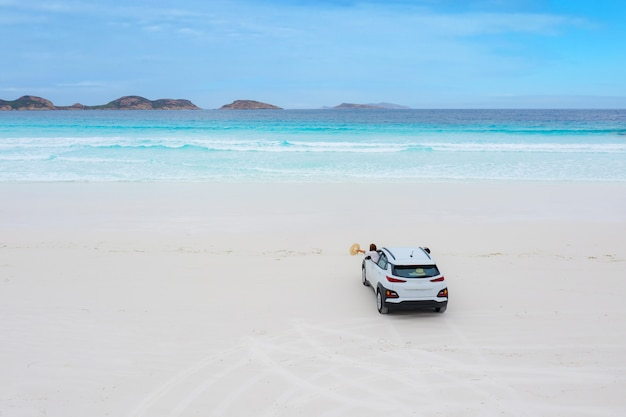 Parking voiture sur la plage de lucky bay dans le parc national du cap le grand, australie occidentale