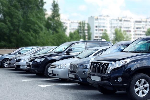 Parking Voitures Dans La Rue Photo Premium