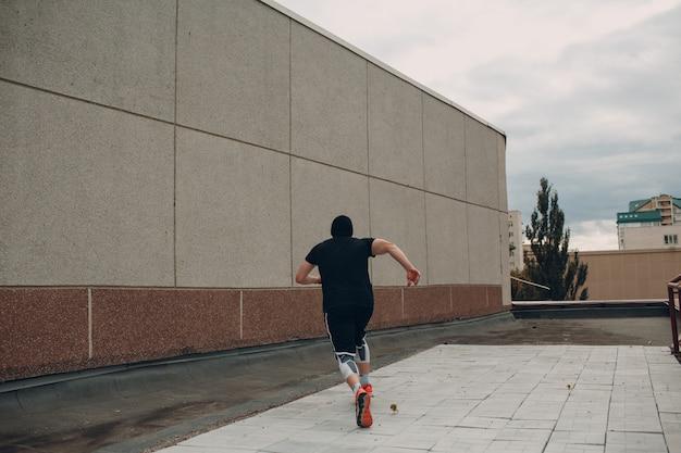 Parkour jeune homme faisant acrobatique truc et flip sautant haut