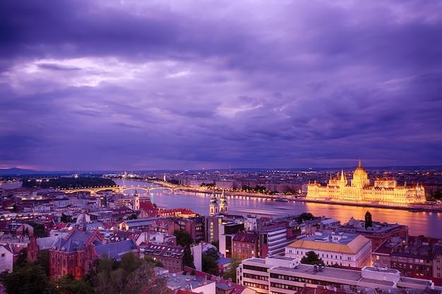 Parlement et bord de la rivière à budapest en hongrie au coucher du soleil