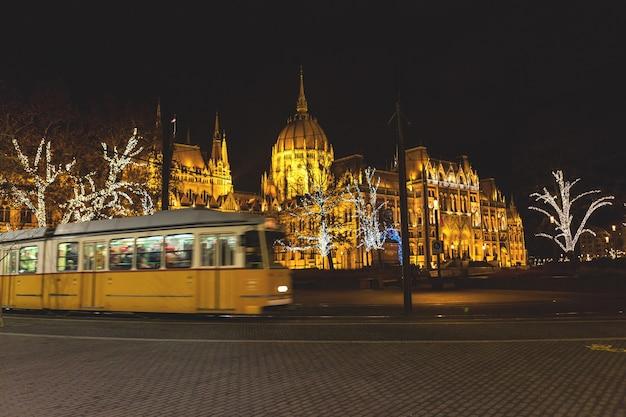 Parlement de budapest illuminé la nuit à noël