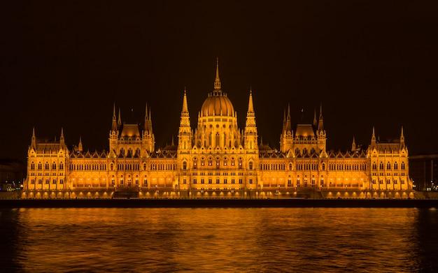 Parlement de budapest la nuit