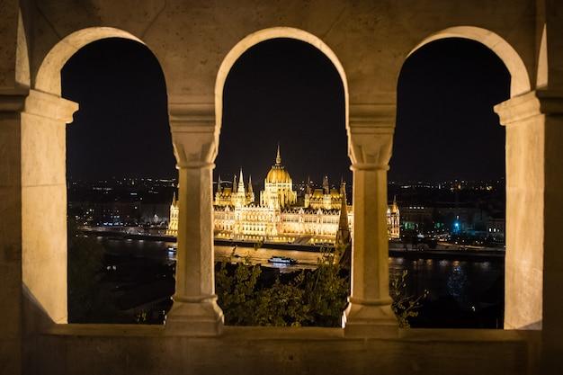 Parlement de budapest vu depuis les arches du bastion des pêcheurs