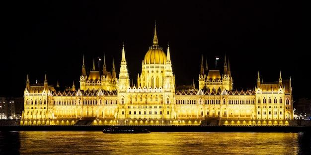 Parlement hongrois illuminé au bord du danube de nuit à budapest. destinations de voyage.
