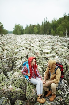 Parler aux voyageurs sur les rochers