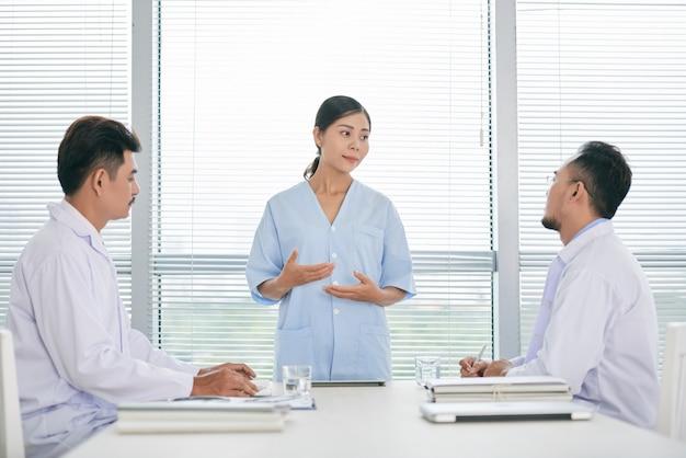 Parler de médecine