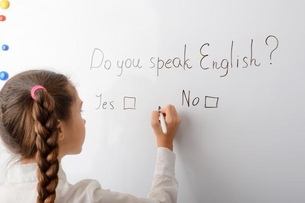 Parlez-vous anglais inscription sur le tableau noir avec des réponses possibles oui ou non