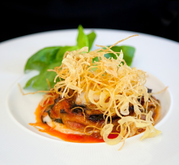 Parmigiana, cuisine italienne avec aubergines, tomates et fromage.