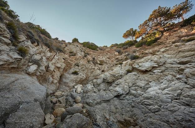Paroi rocheuse avec une falaise typique des régions du sud de la sardaigne