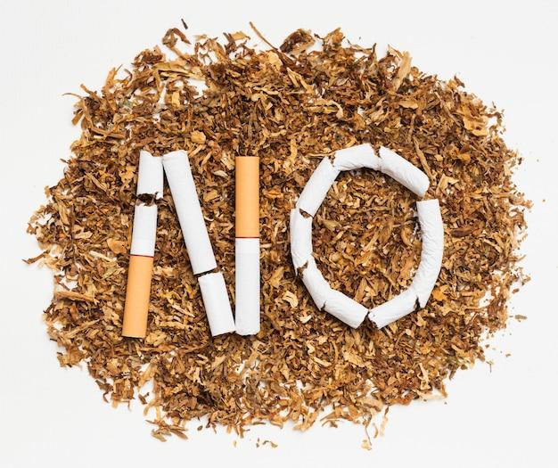 Parole non faite de cigarette brisée sur du tabac