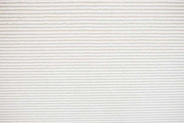 Parquet avec des murs blancs.
