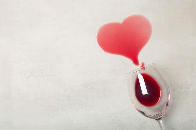 Parquet avec verre renversé de vin rouge renversé de vin sur un stratifié en bois