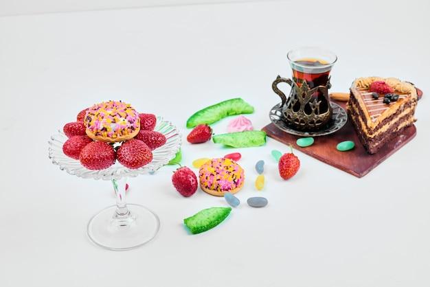 Une part de gâteau aux fruits et au thé.