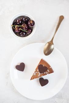 Une part de gâteau mousse aux coeurs en chocolat