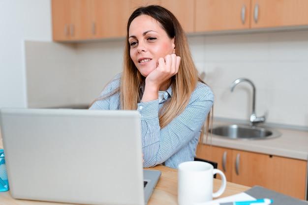 Partage d'expérience blog vidéo, apprentissage de nouvelles connaissances en ligne, réunion de classe virtuelle, donner des conférences, idées de présentation informatique, travail de bureau à distance