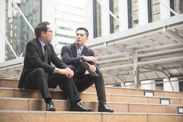 Partenaire d'affaires consulting et discuter à l'extérieur