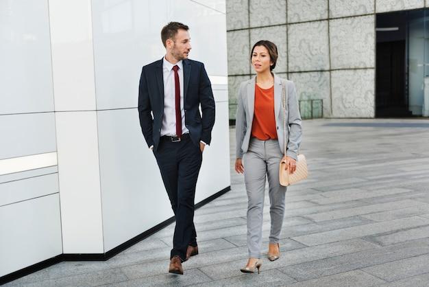 Partenaire d'affaires gens marchant parler concept